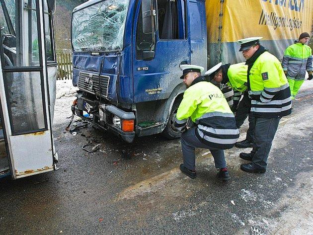 Dopravní policisté vyšetřují příčiny nehody.