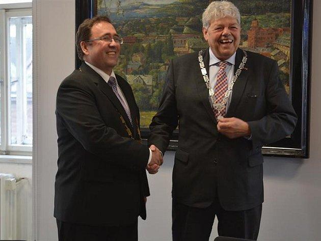 Novoborský starosta Jaromír Dvořák se starostou Tjerkem Bruinsmanem.