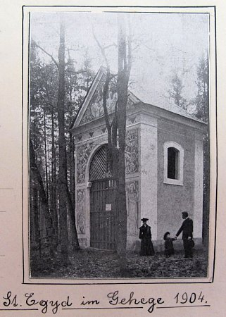Kaple na snímku zroku 1904.