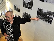 Fotograf Michal Němec ukazuje na své fotografie srpnových událostí roku 1968 vystavené v českolipském Vlastivědném muzeu.