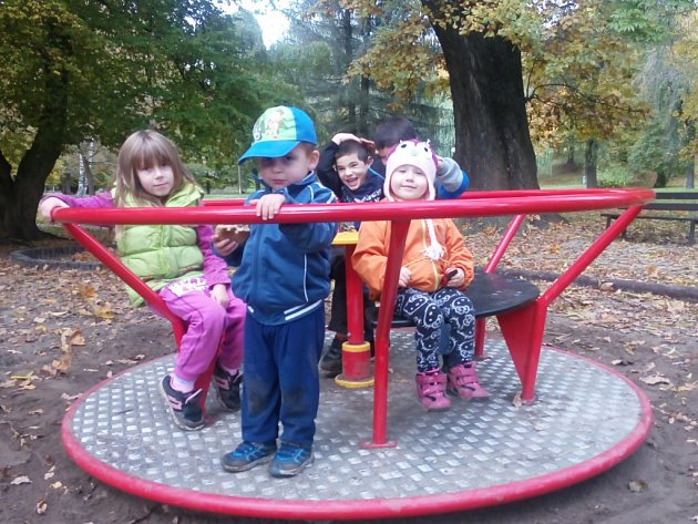 Nové hřiště pro děti v parku.