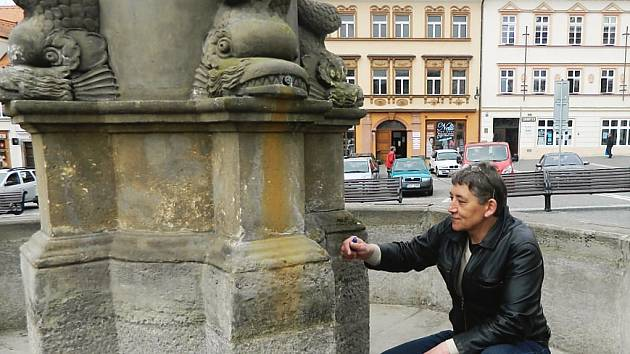 Restaurátor Allan Doupal si ve středu přijel prohlédnout kašnu na českolipském náměstí, kterou bude opravovat.