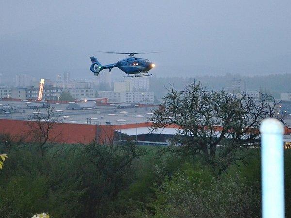 Popáleného muže transportoval vrtulník do pražské nemocnice.
