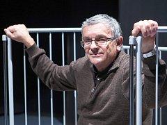 Režisér Václav Klapka v rekvizitě z předposlední hry DK Jirásek Maratův Sade.