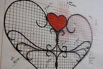 V parku u novoborské Galerie Egermann vyroste drátěné srdce, které samo vybízí ke zpečetění lásky pomocí visacího zámku.