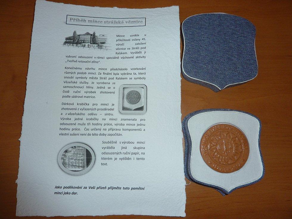 Pamětní mince k 45. výročí založení věznice vyráběli sami vězni.