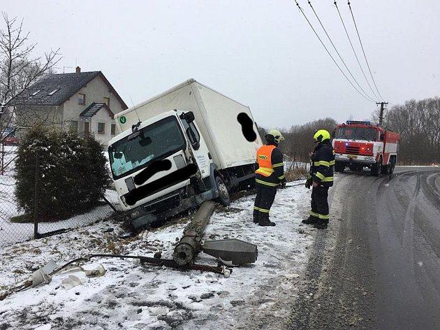 V Božíkově sjelo nákladní auto ze silnice a hrozilo, že se převrátí na bok.