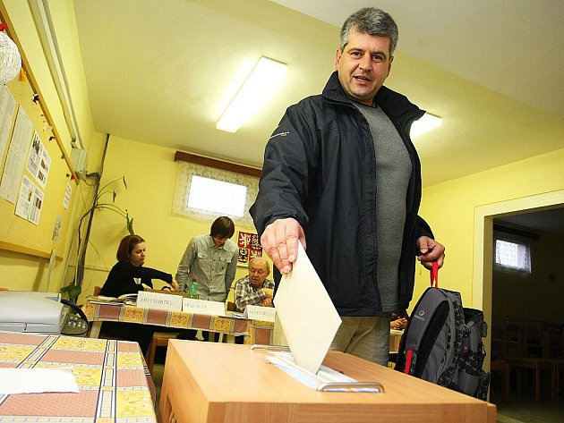 Volby začaly v pátek ve 14 hodin. Volební místnosti se uzavřou v sobotu ve stejnou hodinu.
