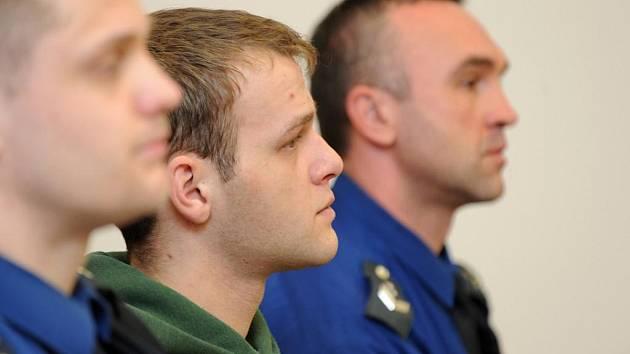 Tomáš Hamburg (na snímku uprostřed) před dvěma lety vážně zranil tehdy čtyřicetiletého muže. Namísto pomoci jej okradl o 14 tisíc korun. Liberecký soud ho poslal v pátek na 3,5 roku do vězení.