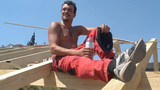 Své o horku ví i pokrývač Josef Petržálek, který pracuje na střechách i v tom největším parnu. Když už je hodně velké teplo, jdeme pracovat až k večeru a nesmí chybět neslazená voda, říká.