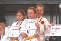 Dorota Blechová, Barbora Znamenáčková a Sára Ješetová ze Sport Relaxu vybojovaly v Poháru nadějí v disciplíně kata tým zlatou medaili.
