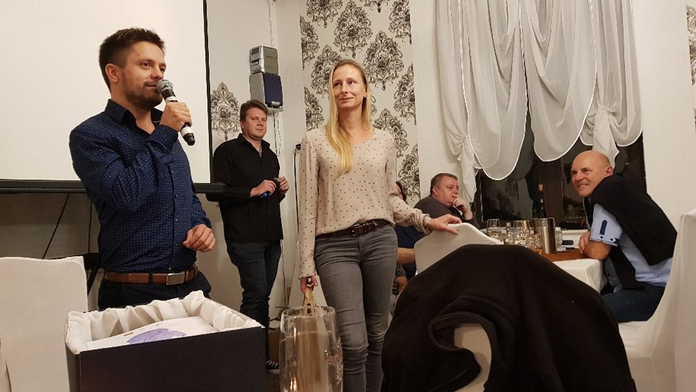 Vedoucí kin z více než stovky českých a moravských měst udíleli v úterý 8. října ceny nejlepším filmovým tvůrcům a hercům. Režisér Jiří Mádl společně s producentkou Monikou Kristl převzali cenu za nejlepší film, kterým se stal snímek Na střeše.