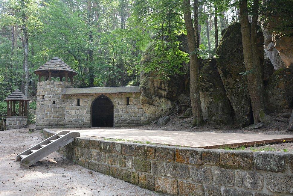 Koupání i hrad ve Sloupu v Čechách letos objevují noví turisté.