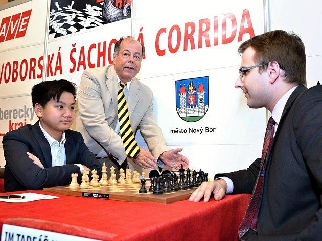Úvodní den byl na Novoborské šachové Corridě vNovém Boru vyhrazen partiím obou letošních zápasů.