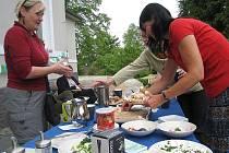 Posnídat s přáteli a ochutnat výrobky s logem Fairtrade přišlo přes dvacet lidí.