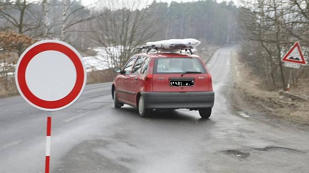Řidiči nechápou. Na křižovatce cesty z Kozlů do Stvolínek je značka zákazu vjezdu.Voda na silnici je ale až za Stvolínkami, takže ti, kdo jedou jen do obce, musí porušit dopravní předpisy. Objížďka tu není značená.