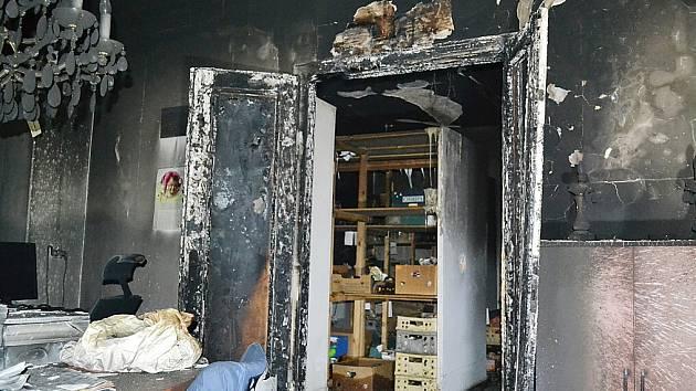 K požáru vily se sjelo šest hasičských jednotek do Kamenického Šenova.