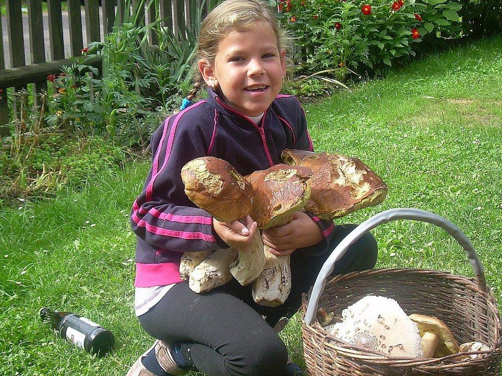 Dcera Natálie Cmíralová na fotografiích chodí ráda na houby a úlovky jsou opravdu úžasné.