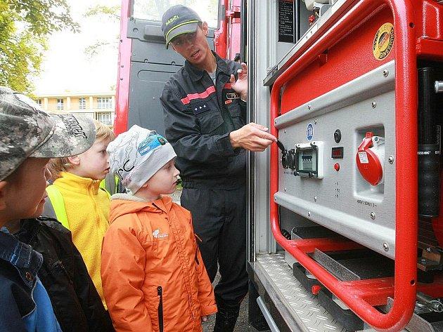 Oblastní spolek Českého červeného kříže společně s hasiči, policisty a záchranáři pripravil nejen ukázky první pomoci, kterou si mohli příchozí sami vyzkoušet, ale k vidění byla také profesionální záchranářská technika.