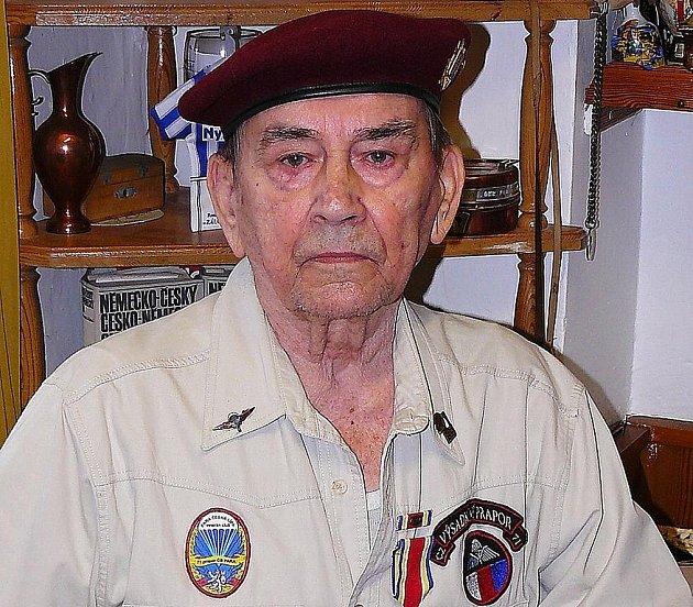Neměl jít do civilu, prohlásil plukovník František Mansfeld o jednom z nejlepších prvních výsadkářů Miroslavu  Plesarovi z České Lípy. Ten má na tvrdý výcvik jen ty nejlepší vzpomínky.