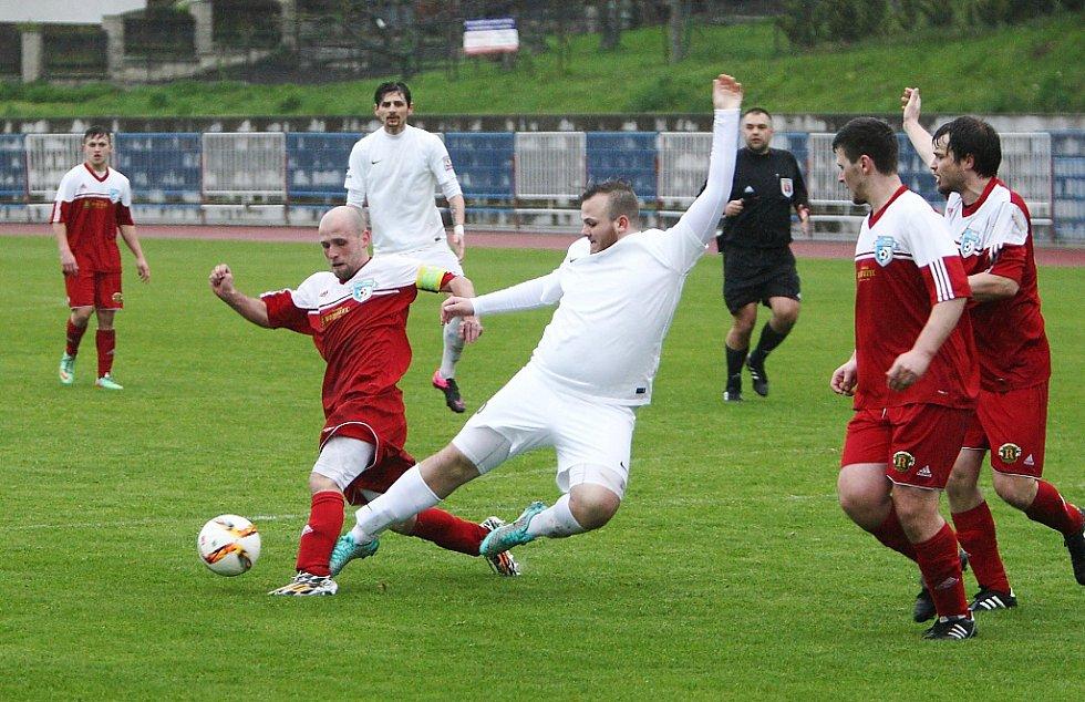 Česká Lípa - Železný Brod 1:2. Chyna (Lípa - v bílém) bojuje o míč s Maryškou.