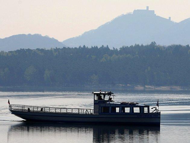Hynek právě míří do přístavu ve Starých Splavech.