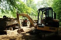 Dělníci již začali s obnovou márnice u silnice na Kamenický Šenov. Zeď druhého místního hřbitova přijde na řadu později.