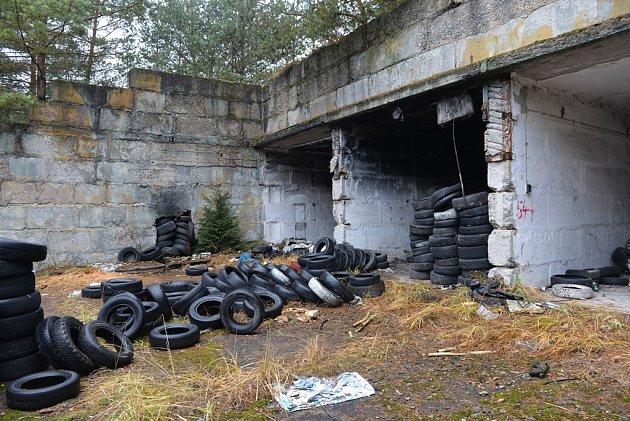 Na několika místech jsou černé skládky odpadů a starých pneumatik.