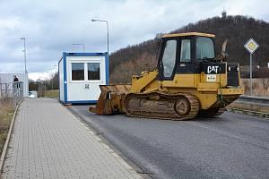 Spor o zablokovanou silnici u českolipské obchoďáku nadále trvá.