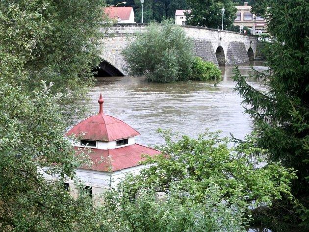 """Vykácení stromů bez náhrady by znamenalo destabilizaci toku. """"Ten začne migrovat a budeme řešit rozsáhlé záplavy,"""" popisuje Jiří Klíma z českolipského závodu Povodí Ohře. Snímek Ploučnice je ze záplav v roce 2010."""