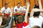 Beseda v tělocvičně ZŠ Jižní se nesla ve velmi přátelském duchu. Žáci i žákyně  měli k fotbalistům Arsenalu Petru  Silnému a Oldřichu Meierovi řadu dotazů.