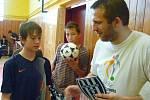 Při soutěžích si všechny děti mohly vyzkoušet své dovednosti s míčem.