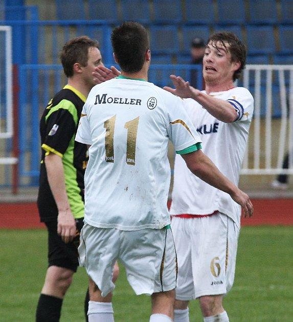 Rezerva Arsenalu uhrála remízu sKošťálovem. Měšťan děkuje Burianovi za gólovou přihrávku.