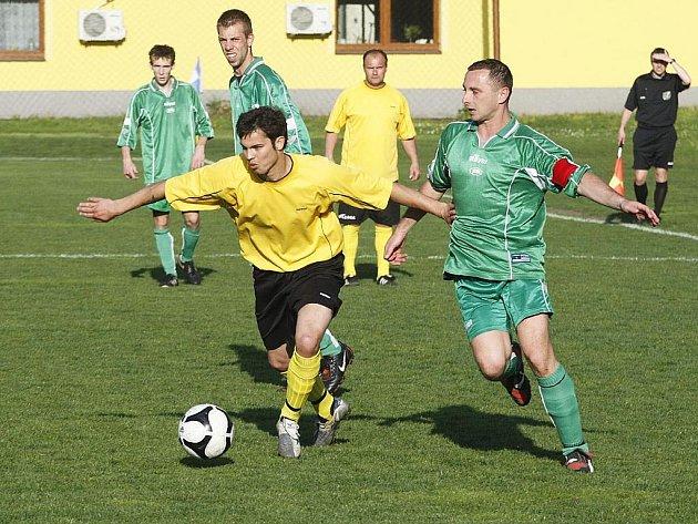 V rámci I. B třídy se hrálo okresní derby mezi Loko Česká Lípa a Stráží pod Ralskem. Z výhry se radovali domácí. Peták se Šindelářem sledují souboj Věcheta s Diartem.