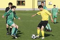 V rámci I. B třídy se hrálo okresní derby mezi Loko Česká Lípa a Stráží pod Ralskem. Z výhry se radovali domácí. Věchet se snaží obejít Mikysu.