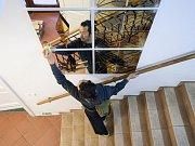 Zahájení sympozia doprovázelo žonglérské a akrobatické vystoupení před novoborským divadlem.