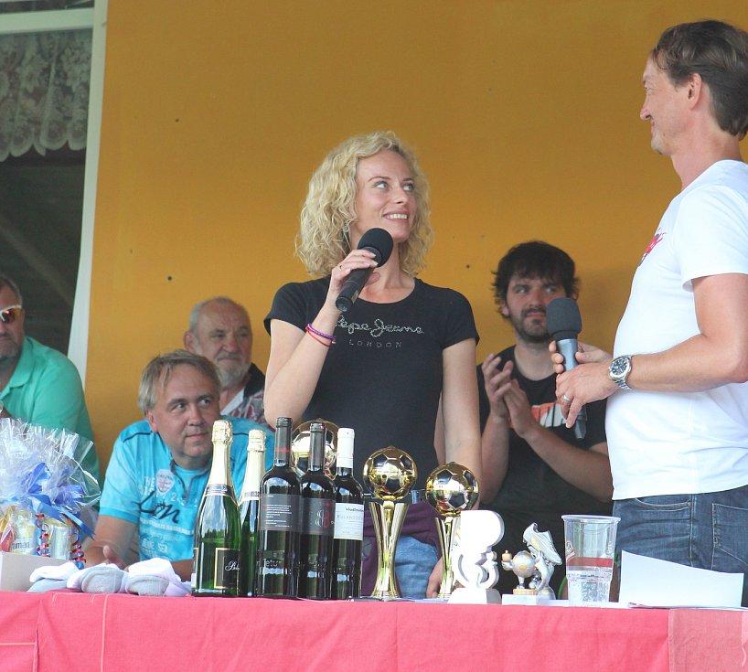 Benefiční fotbalový turnaj Skalice Celebrity Open Cup vynesl 27 700 Kč. Peníze pomohou Romanu Macháčkovi ze Slunečné, který je po těžkém úrazu ochrnutý na půl těla. Vítězem 5. ročníku se stal nováček turnaje Medvědi Postoloprty, který ve finále porazil Pa