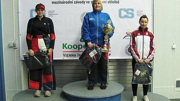Zuzana Šostková, členka Sportovně–střeleckého klubu Manušice (vlevo), prokázala na mezinárodní soutěži Grand Prix Kooperativa v Plzni ve sportovní střelbě solidní formu.