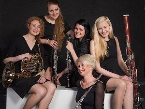 Kalabis Quintet hraje ve složení Zuzana Bandúrová (flétna), Jarmila Vávrová (hoboj), Anna Sysová (klarinet), Denisa Beňovská (fagot), Adéla Triebeneklová (lesní roh).