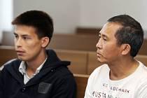 U Okresního soudu v České Lípě pokračovalo 6. září líčení v případu dvojice cizinců. T. H. Nguyen st. a T. H. Nguyen ml. (vlevo) se podle obžaloby v roce 2010 pokusili uplatit tehdejšího starostu Kamenického Šenova.