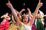 Maturanti nástavbového studia oboru Podnikatel z SOŠ a SOU 28. října v České Lípě si svůj ples v kulturním domě Crystal náležitě užili. Pro šerpu si zde došli studenti tříd P2A a P2B.