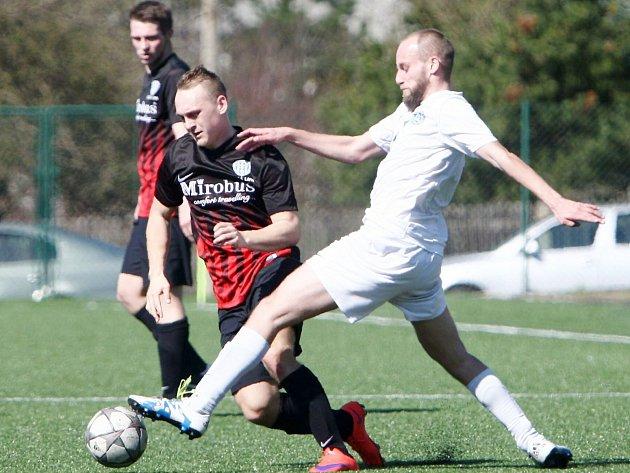 Frýdlant - Arsenal Česká Lípa 4:0 (3:0). Domácí Bartoš (vbílém) se snaží zastavit akci Hodače.