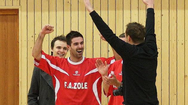 Do finále krajského poháru FAČR postoupily Fazole přes Démony. Fazole se radují z vítězství.