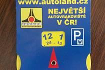 Ciferník z papíru vyměřuje řidičům v Novém Boru čas, po který mohou parkovat v centru města.