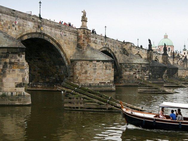Autorem sousoší sv. Norberta, sv. Václava a sv. Zikmunda a sochy sv. Josefa s Ježíšem, stojících na Karlově mostě v Praze, je rodák z Českolipska - Josef Max.