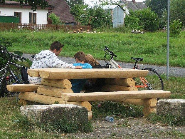 Nové lavičky na cyklostezce.