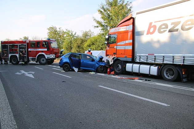 Hasiči spolu sdalšími složkami Integrovaného záchranného systému zasahují od ranních hodin udopravní nehody na silnici I/38 uDoks, kde se krátce před sedmou hodinou čelně srazil osobní vůz Škoda Rapid snákladním.