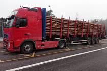 Polský kamion měl nedbale zabezpečený náklad a totálně zdevastovené uchycení kola na první nápravě návěsu.