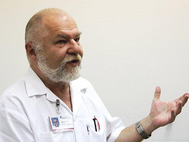 V lékárně českolipské nemocnice pracuje Mgr. Tomáš Lenikus už od roku 1980, kdy se do Lípy přistěhoval z jižní Moravy.