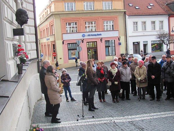 Státní hymnou vjejí původní historické podobě vpodání pedagogů zčeskolipské základní umělecké školy začalo 7.března na českolipském náměstí tradiční veřejné setkání ubusty T. G. Masaryka.